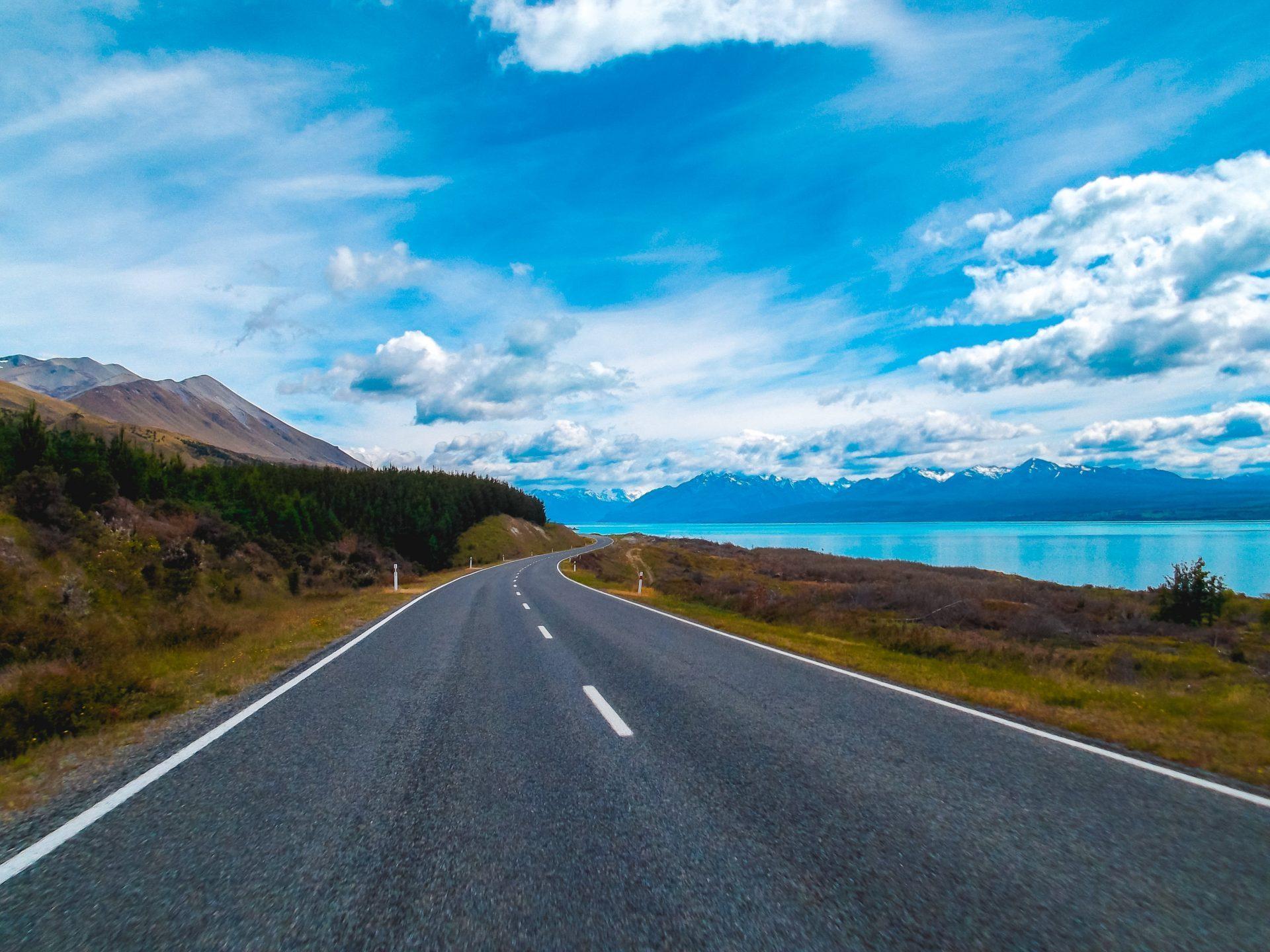 Carretera por lago Pukaki