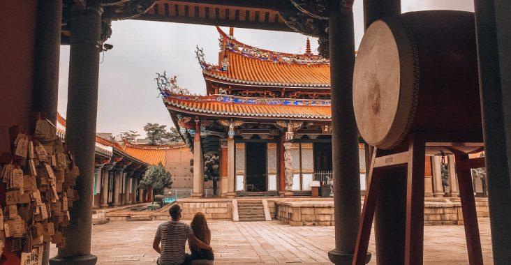 observando el templo de Confucio
